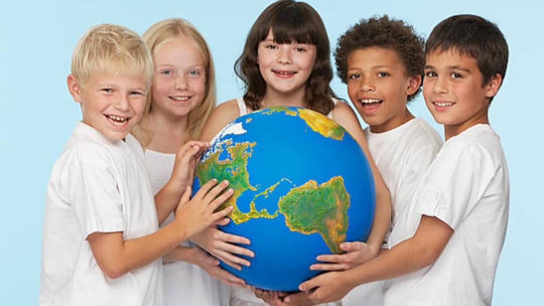 Дети держат глобус