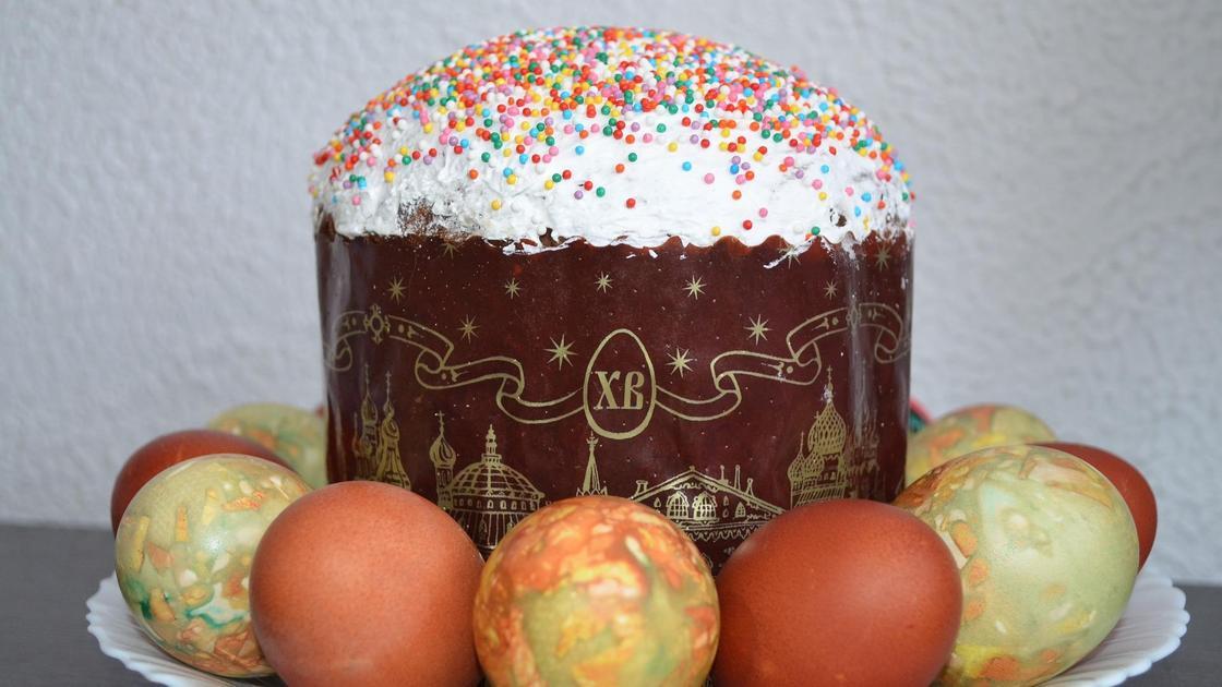 На тарелке кулич с яйцами
