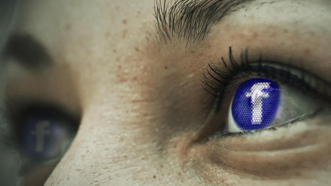 Знак Facebook в отражении глаз