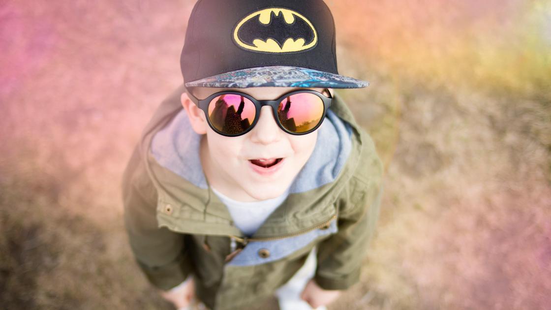 Мальчик в солнцезащитных очках смотрит вверх