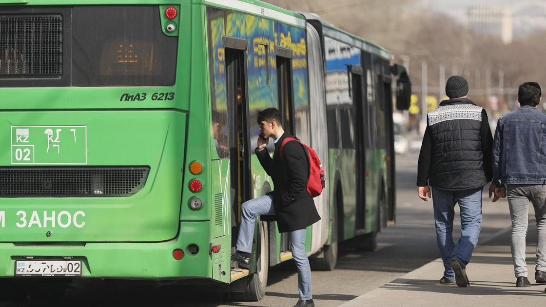 Парень заходит в автобус