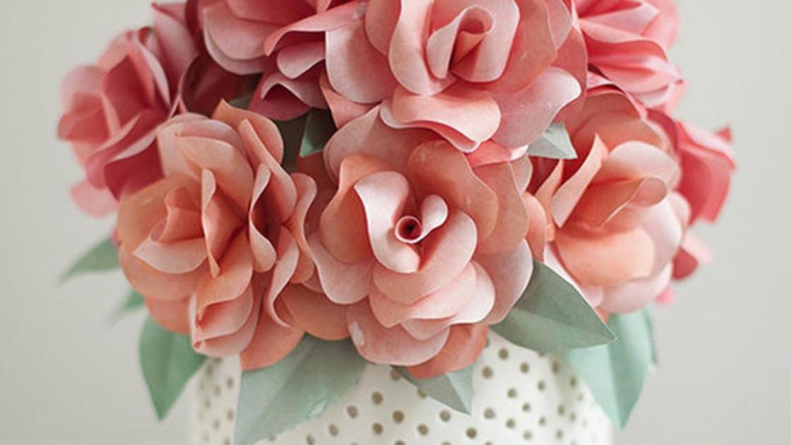 бумажные цветы в вазе