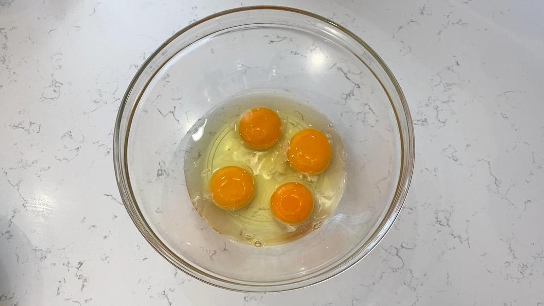 Разбитые яйца с солью