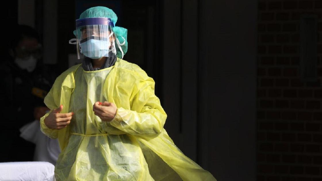 Медик стоит в защитной одежде