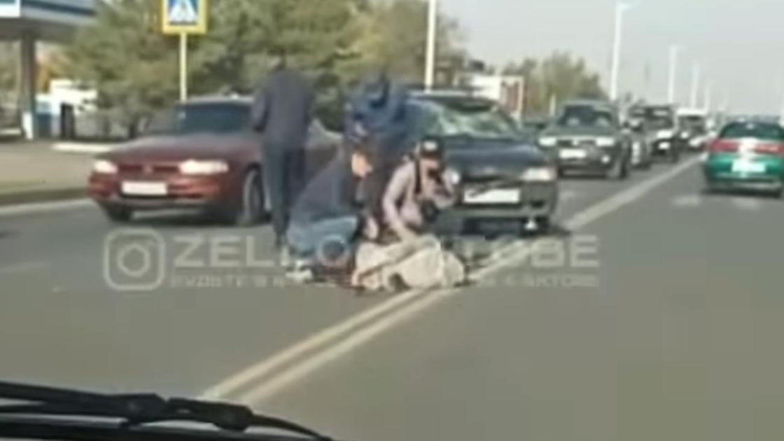 Сбитого на дороге велосипедиста окружили люди