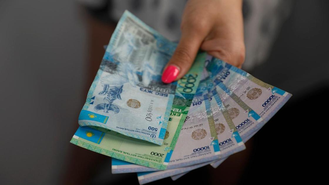 Женщина держит в руках деньги