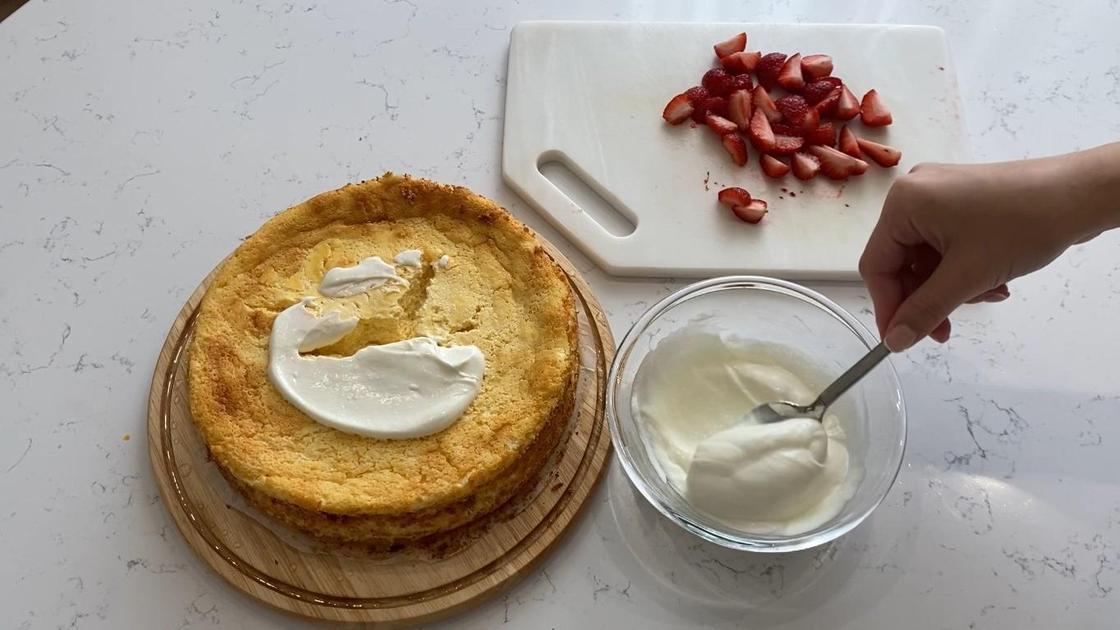 Смазывание пирога кремом