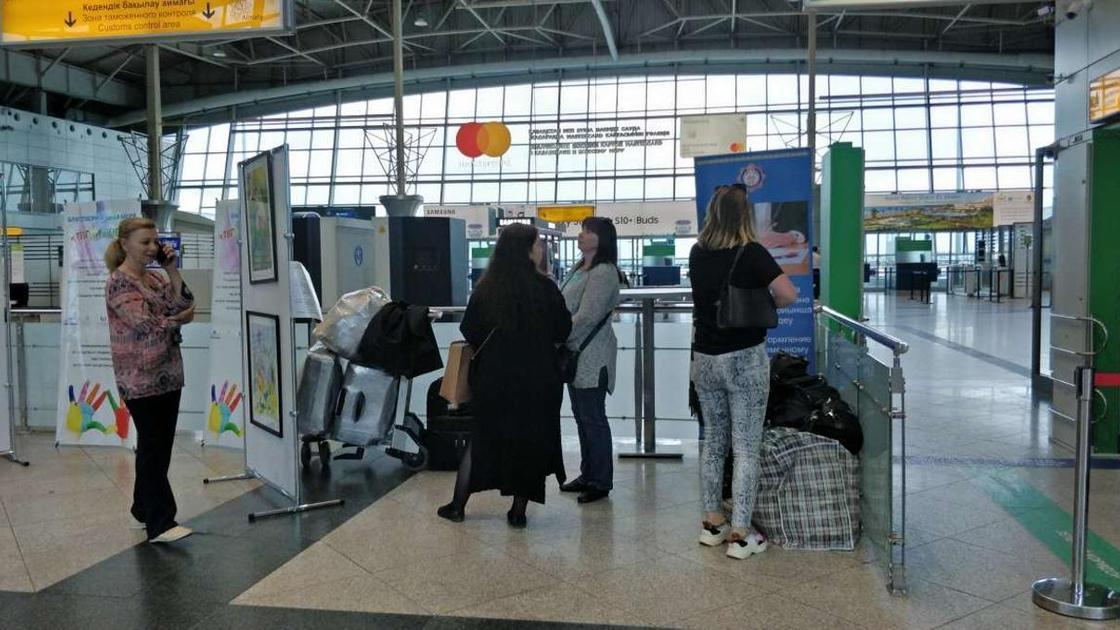 женщины в аэропорте