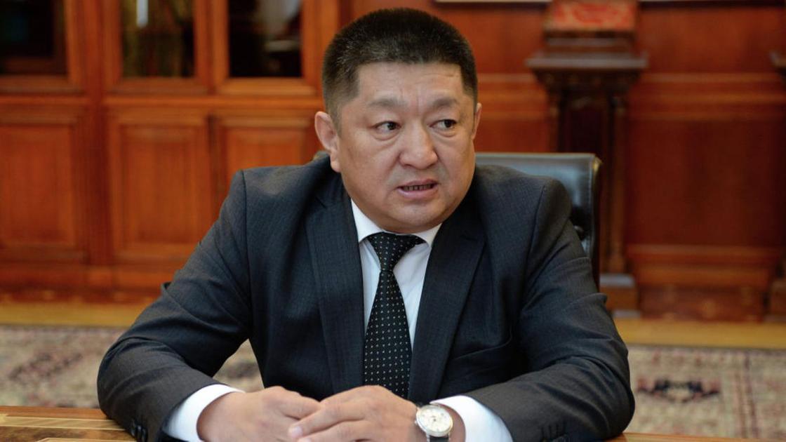Космосбек Чолпонбаев сидит за столом