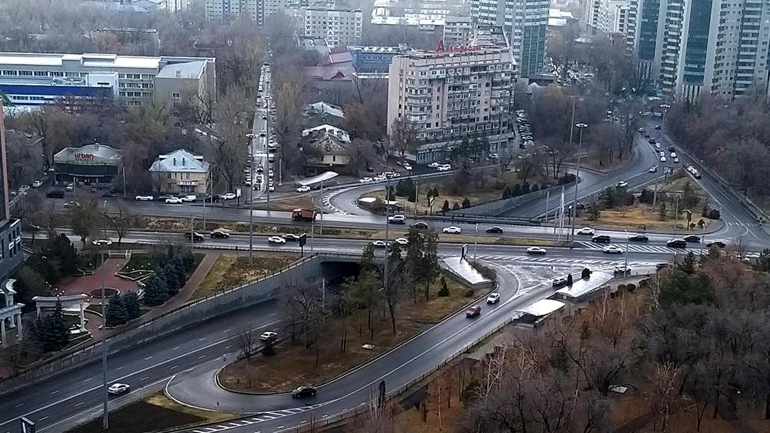 Пересечение улиц Абая и Байзакова в Алматы