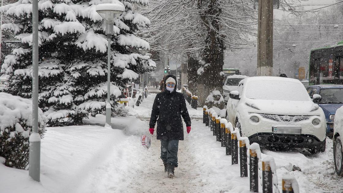 Человек идет по улице зимой