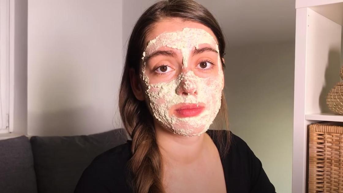 Девушка с маской из овсянки на лице