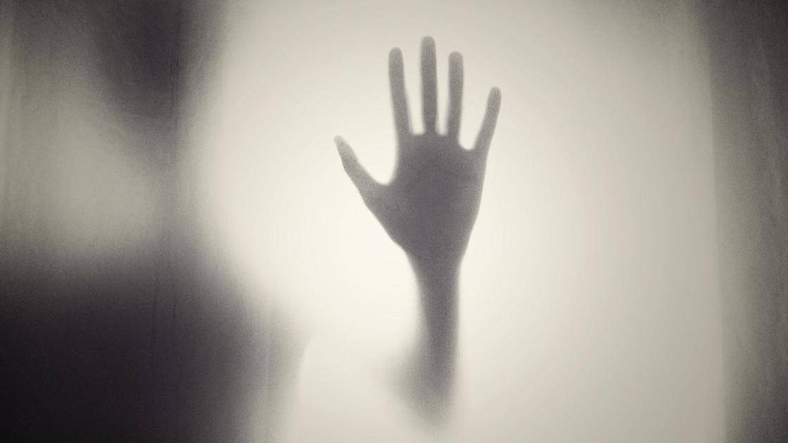 рука за мутным стеклом