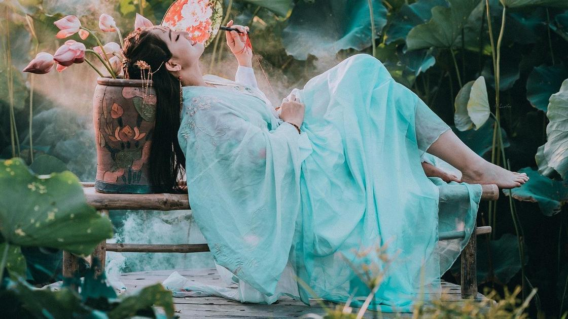 Девушка в платье мятного цвета
