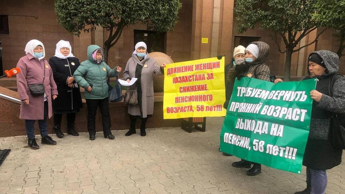 Женщины с плакатами собрались у Дома министерств