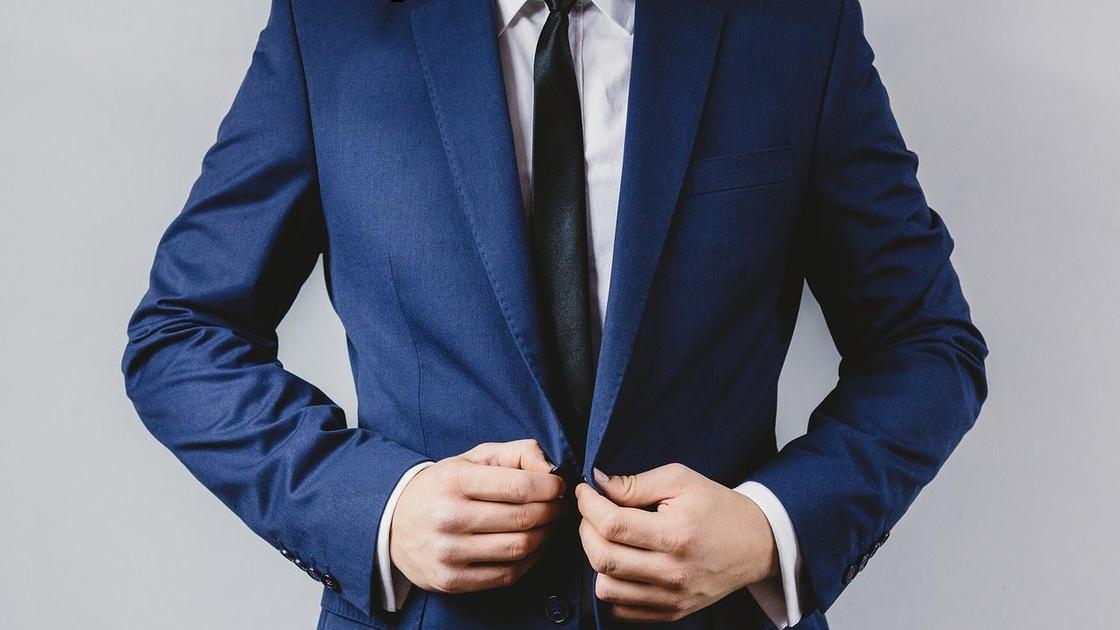 Мужчина надевает пиджак