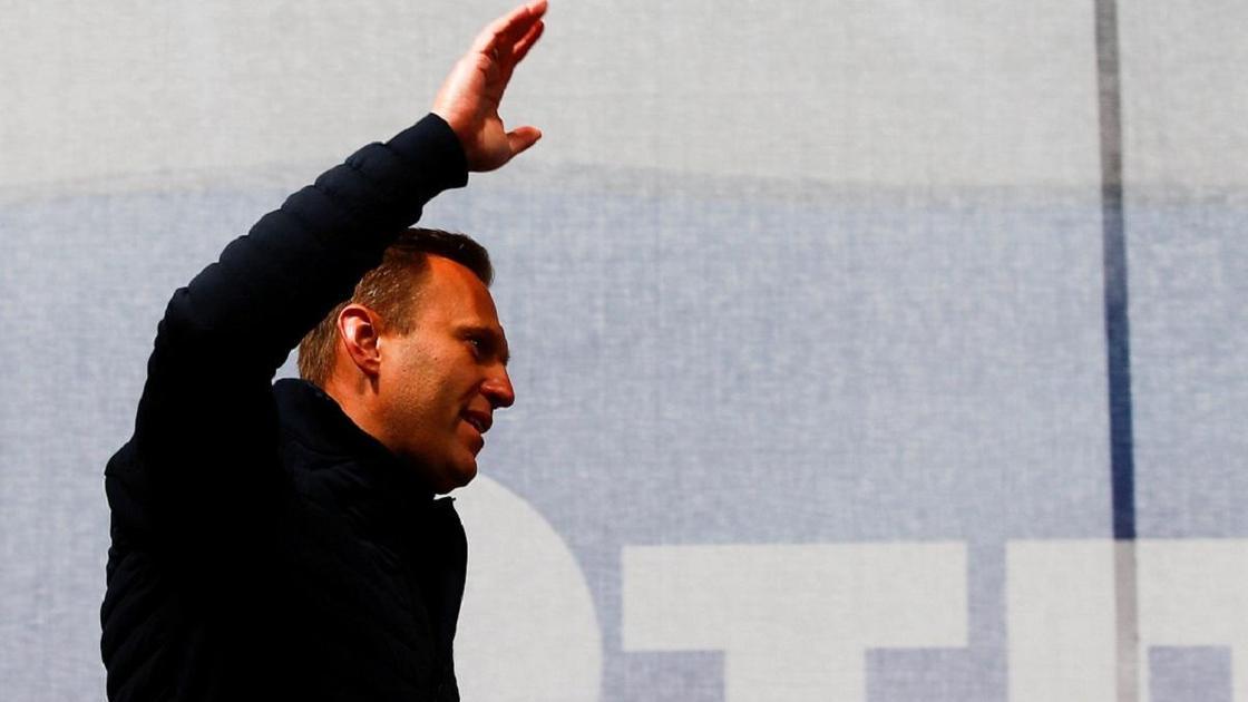 Навальный машет рукой