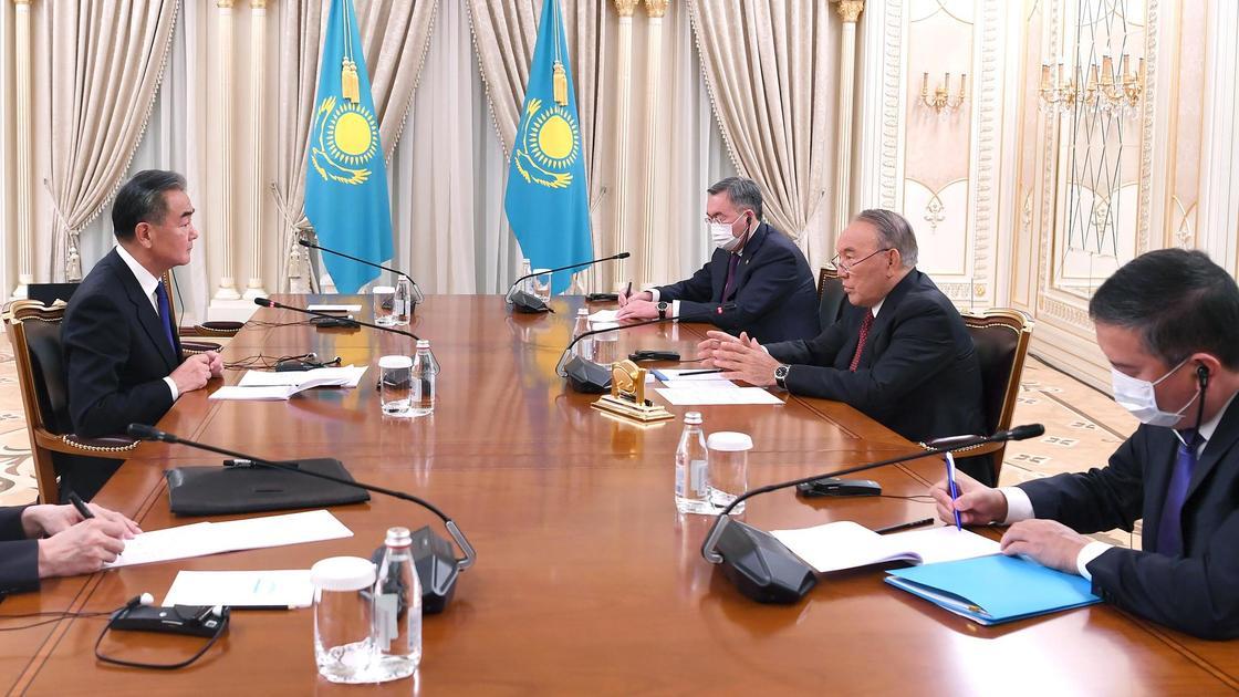 Нурсултан Назарбаев встретился с главой МИД КНР Ван И