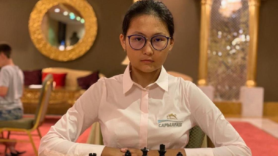 Бибисара Асаубаева играет в шахматы