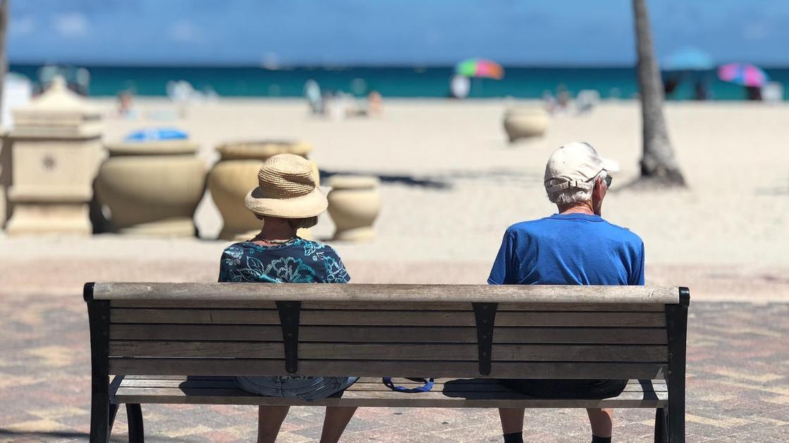Пожилые люди сидят на лавочке