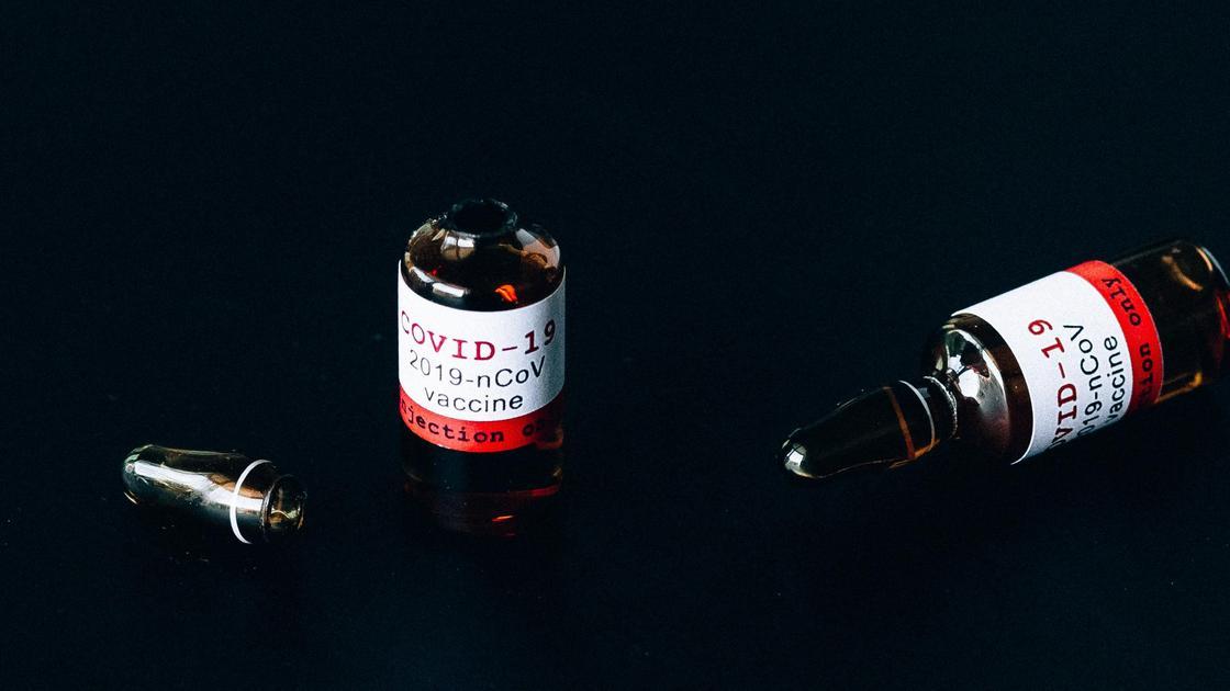 Вакцина на столе