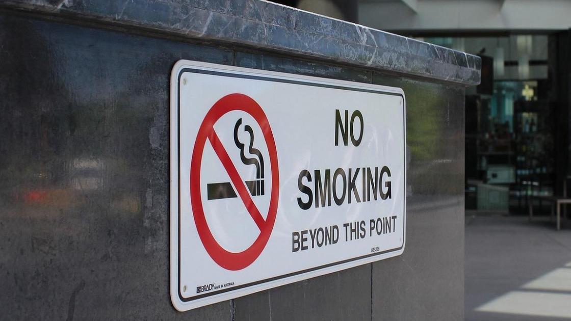 "Табличка со знаком ""Не курить"""