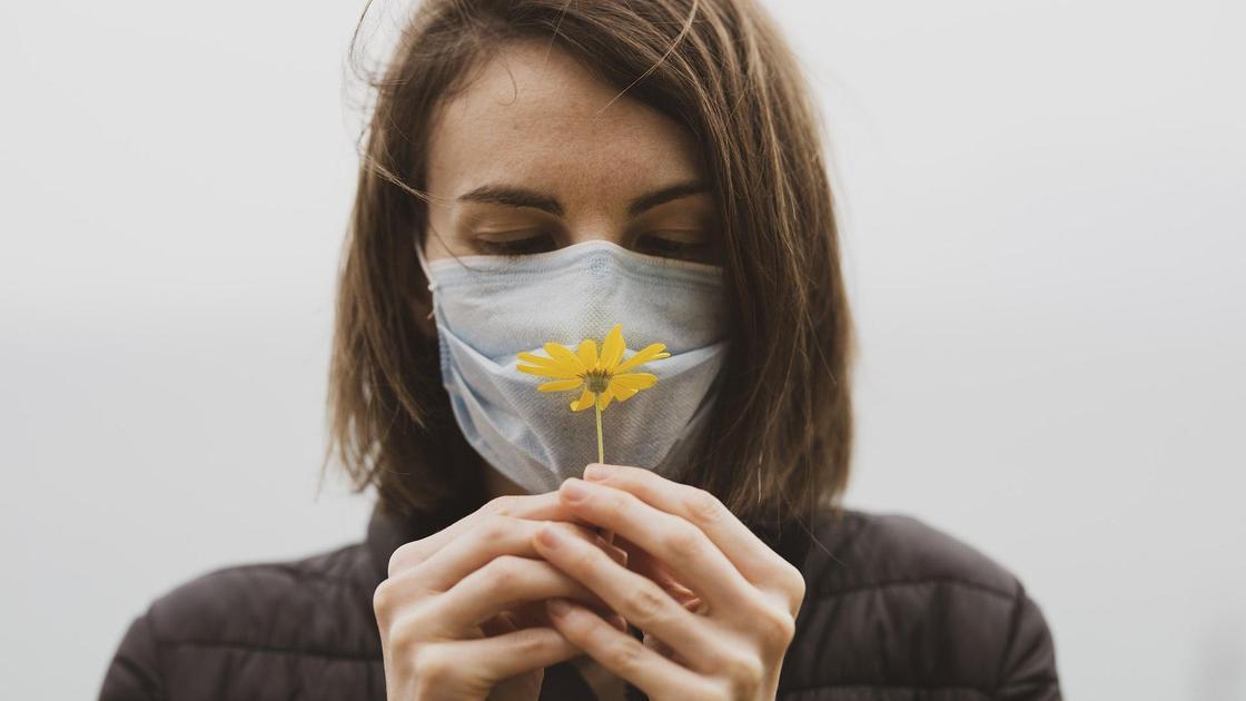 Девушка в маске с цветком