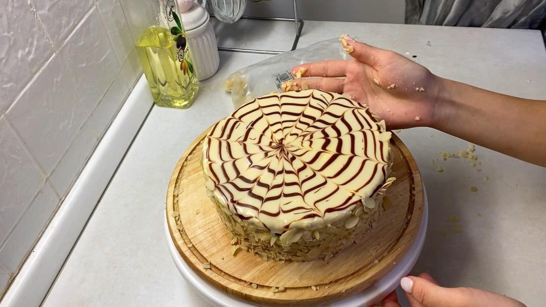 Оформление торта миндальными слайсами
