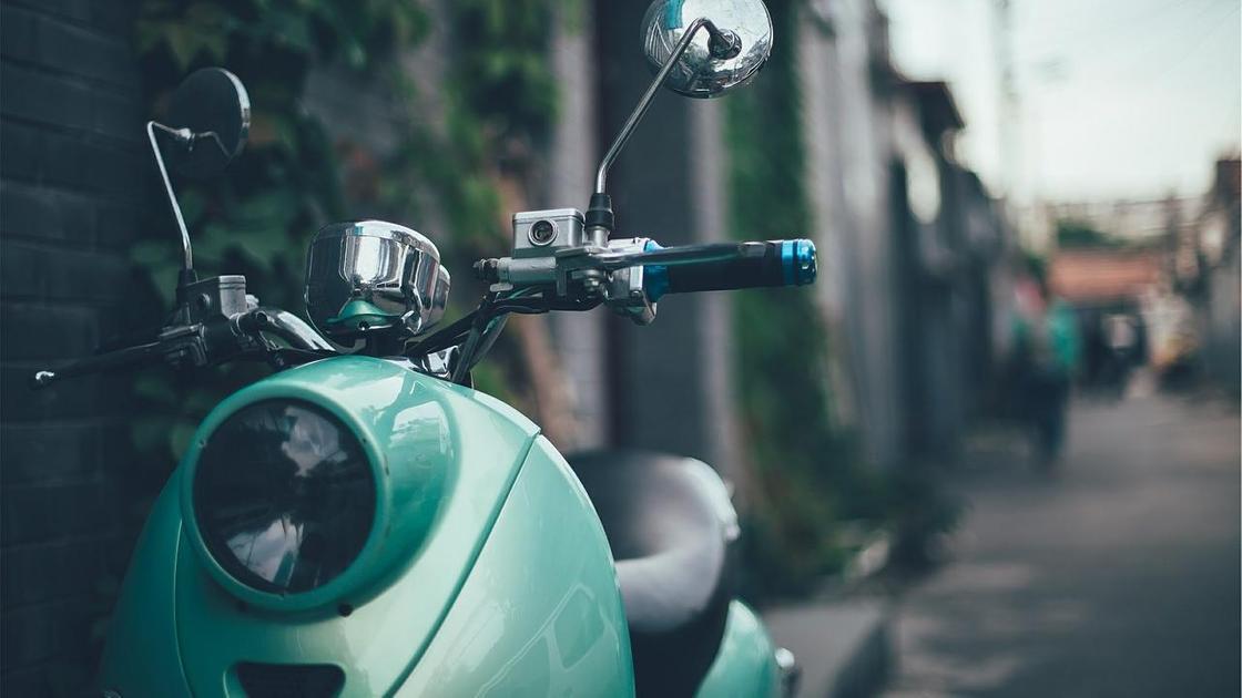 Мотоцикл стоит на дороге