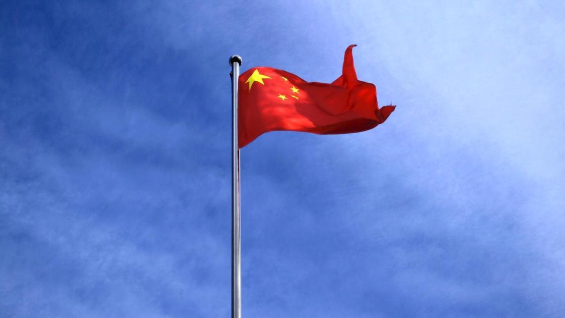 Флаг КНР висит на флагштоке