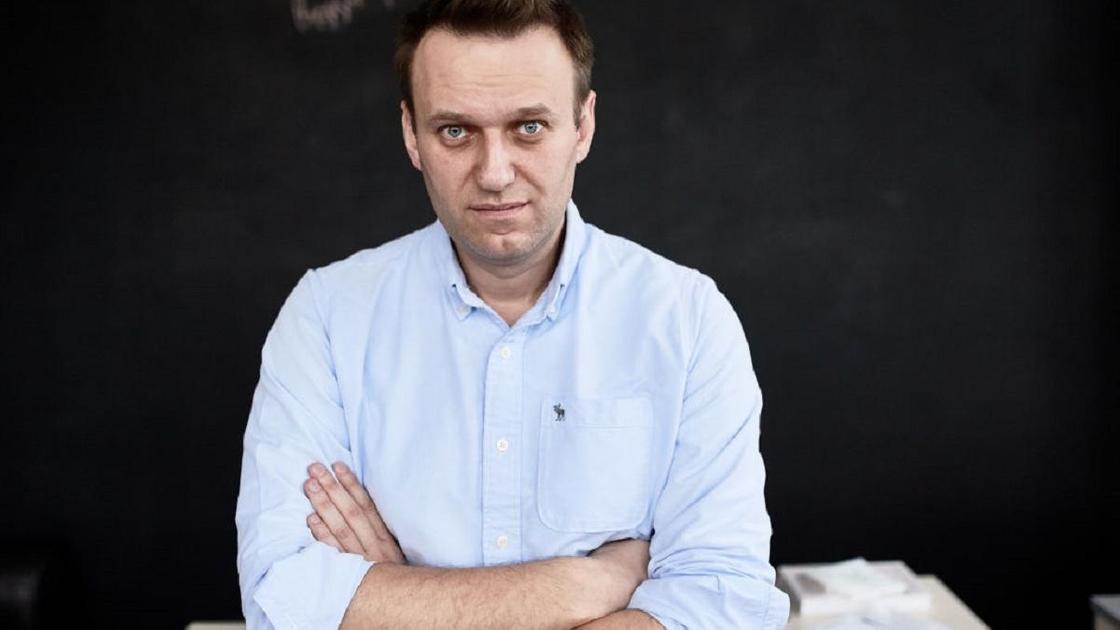 Алексей Навальный в голубой рубашке