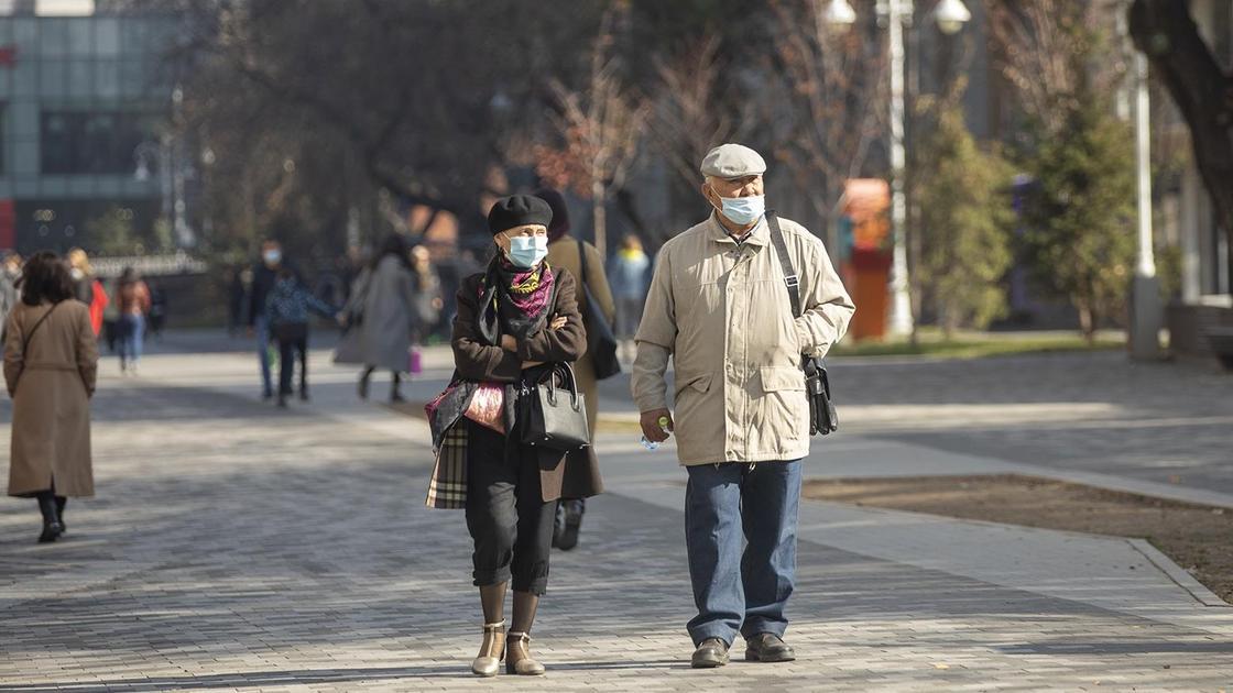 Пожилые люди идут по улице