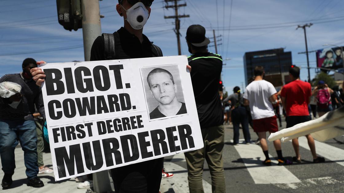 мужчина стоит с плакатом