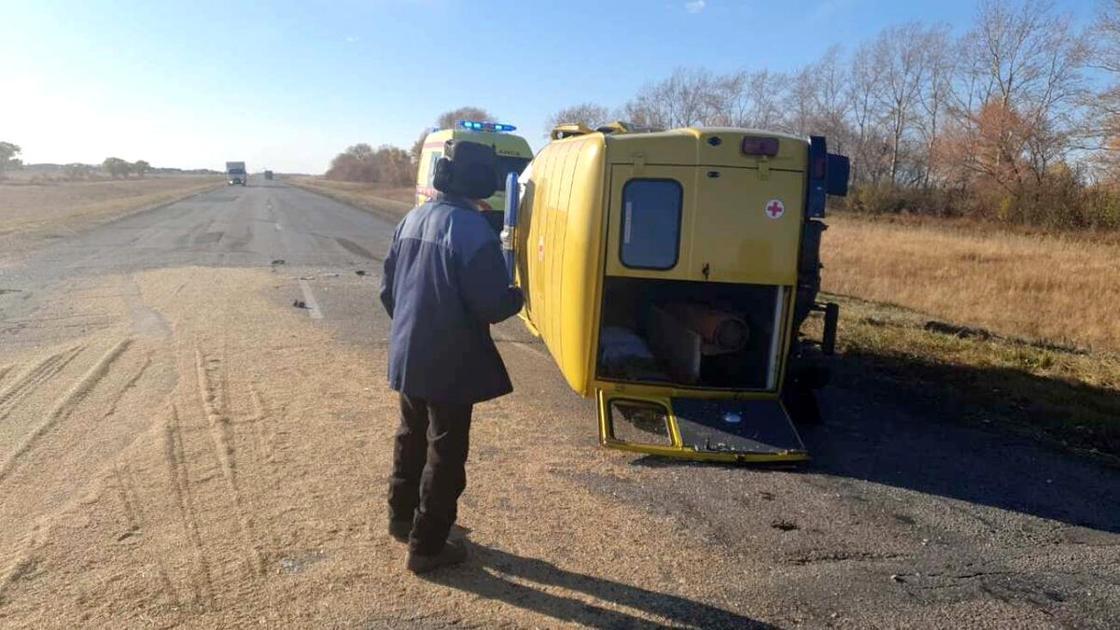 Карета скорой помощи перевернулась на дороге