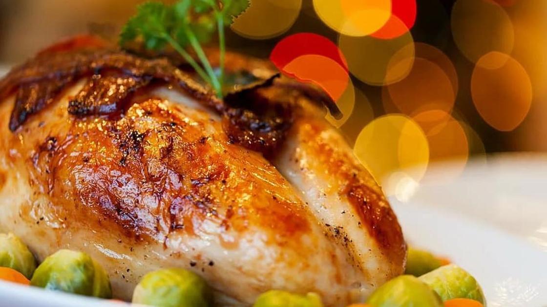 Запеченная курица на праздничном столе