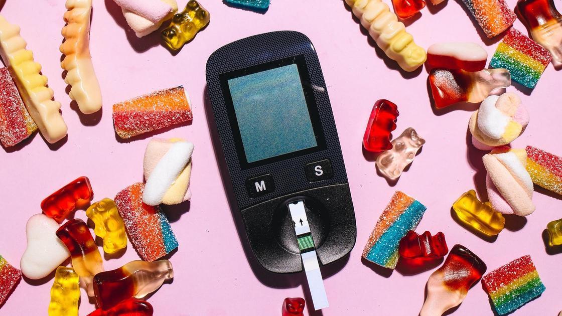 Глюкометр среди сладостей
