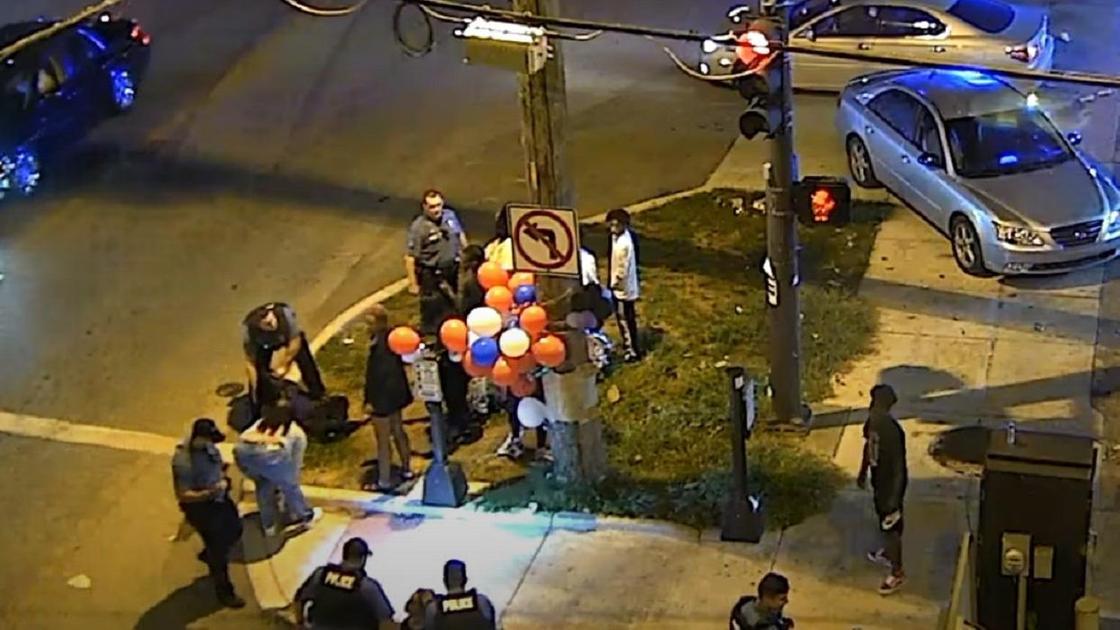 много людей стоят возле дороги