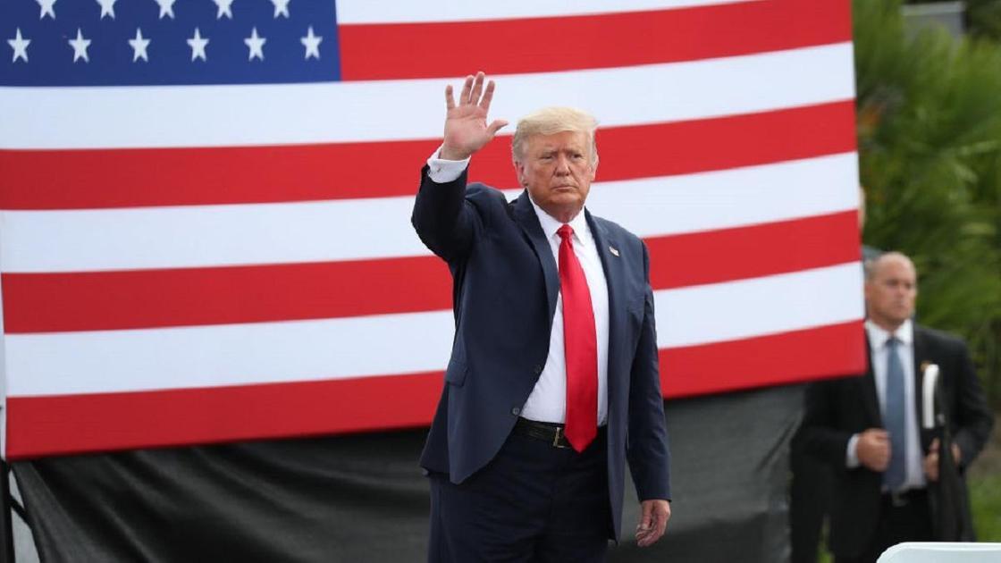 Дональд Трамп машет рукой