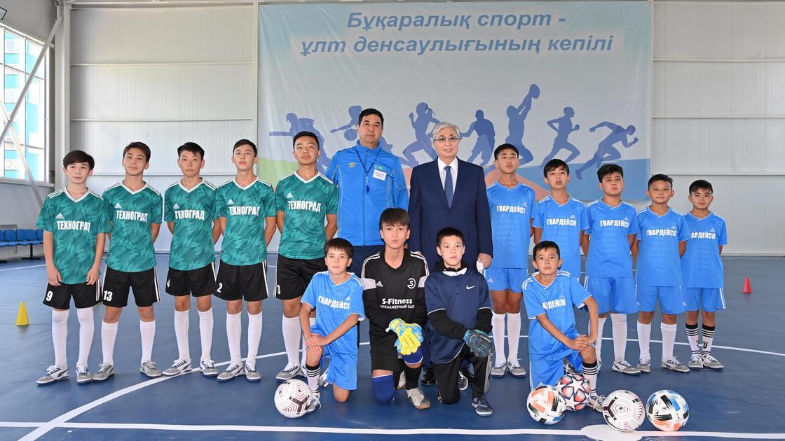 Касым-Жомарт Токаев посетил спортивно-оздоровительный комплекс в поселке Гвардейском