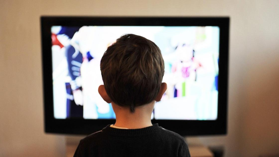 Мальчик смотрит телевизор