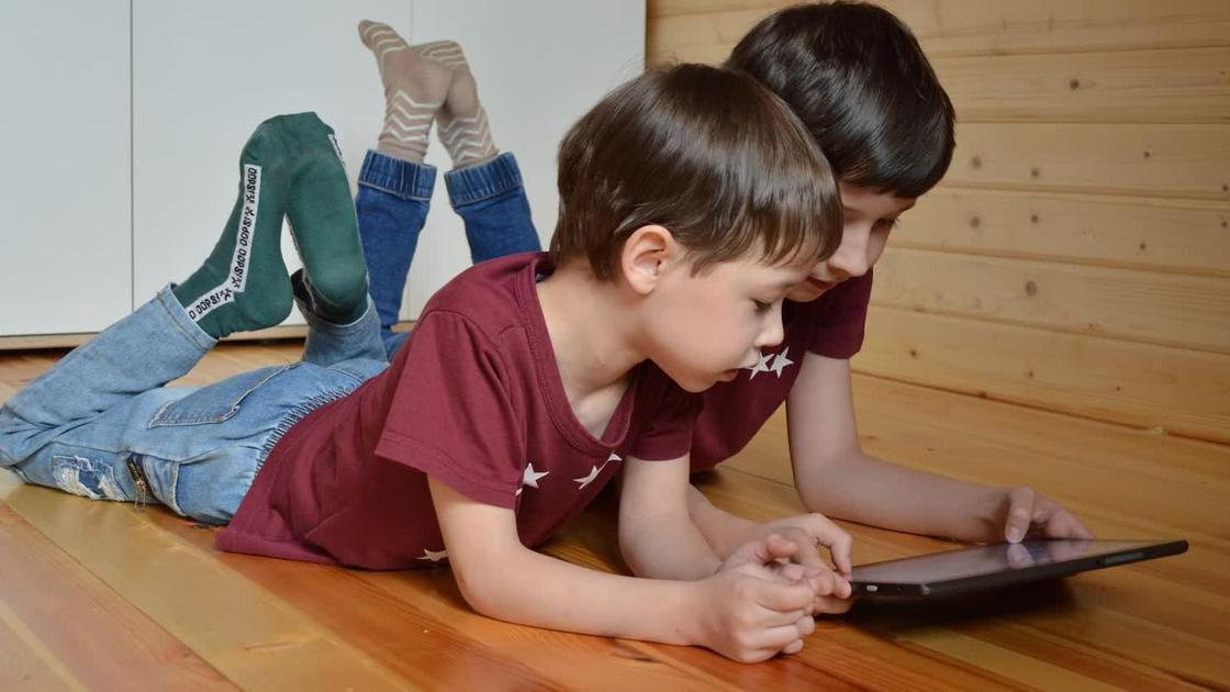 Мальчишки с планшетом