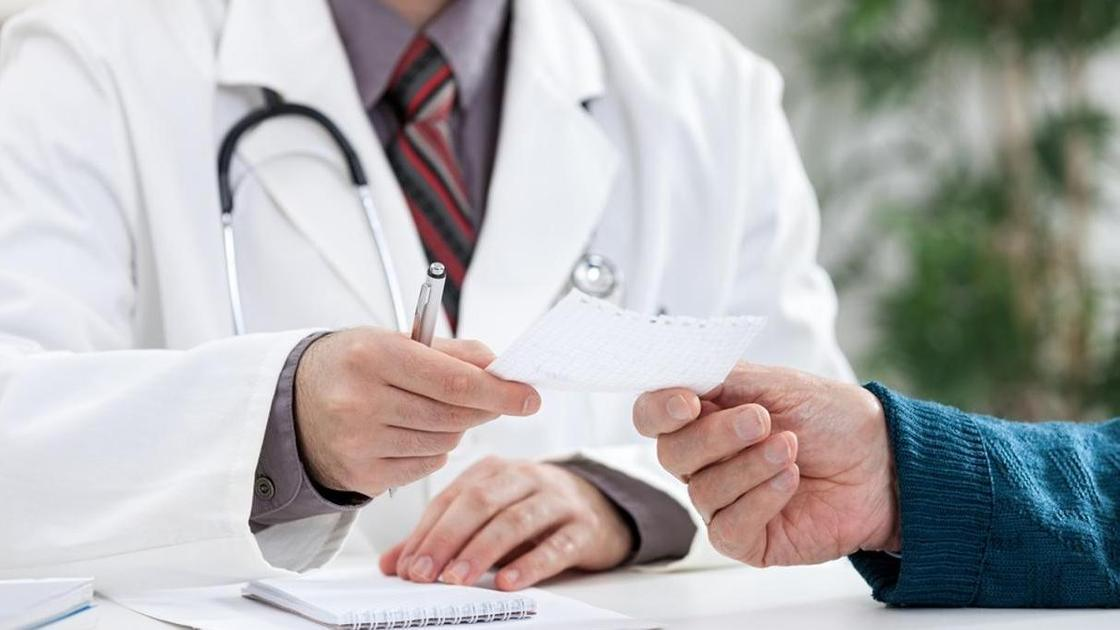 доктор дает рецепт пациенту