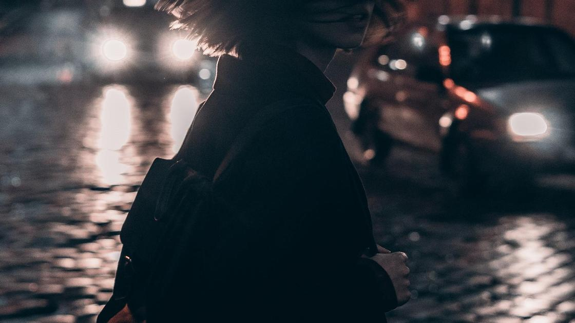 Девушка идет по ночному городу