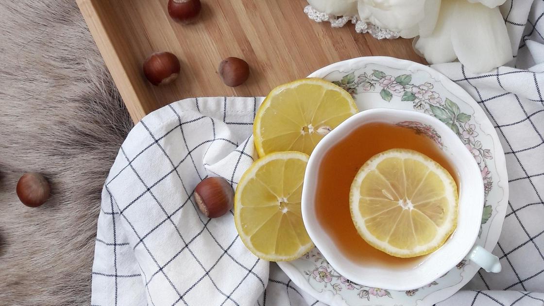 Чай с лимоном на скатерте