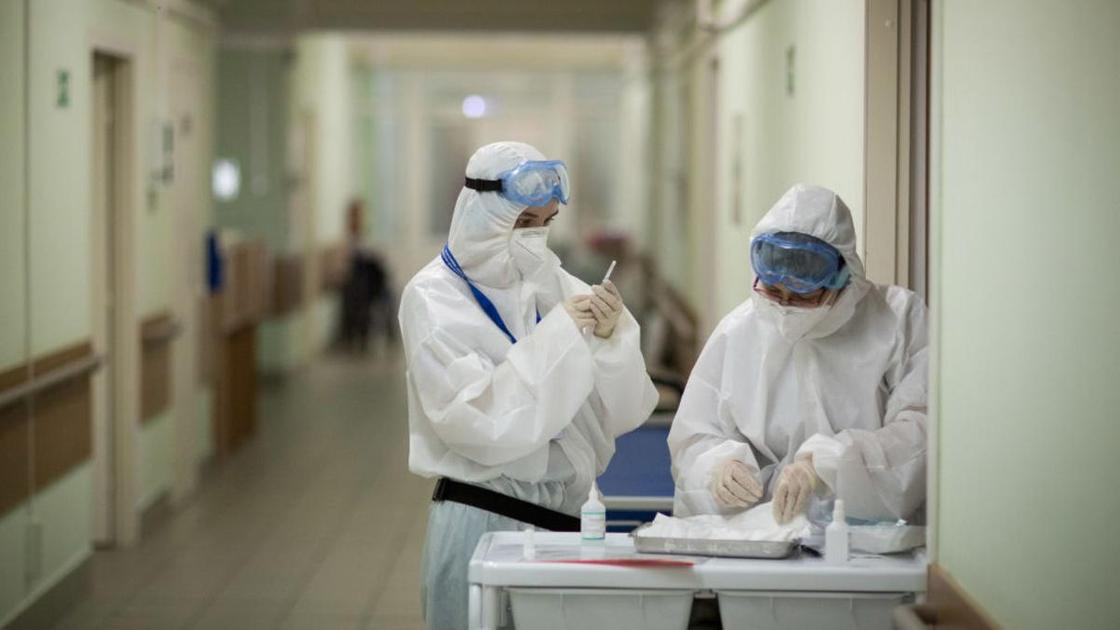 Медики в защитной одежде
