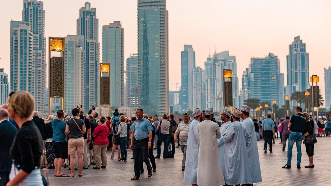 Толпа людей в Дубае