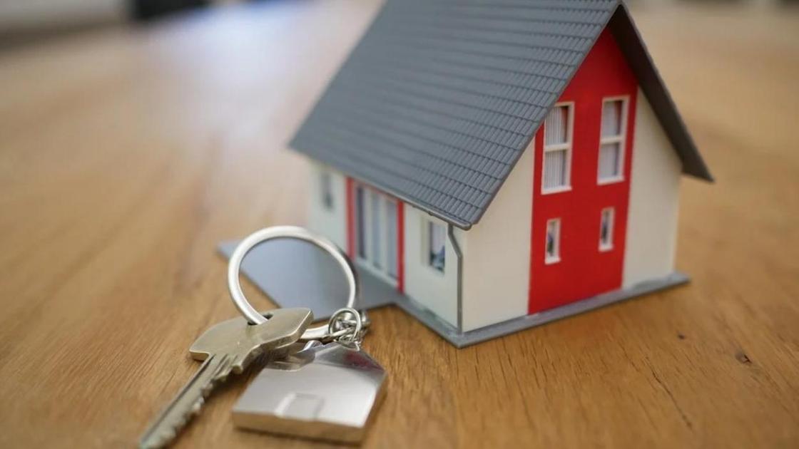 игрушечный домик и ключи на столе