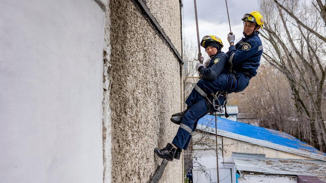 Спасатели спускаются по стене