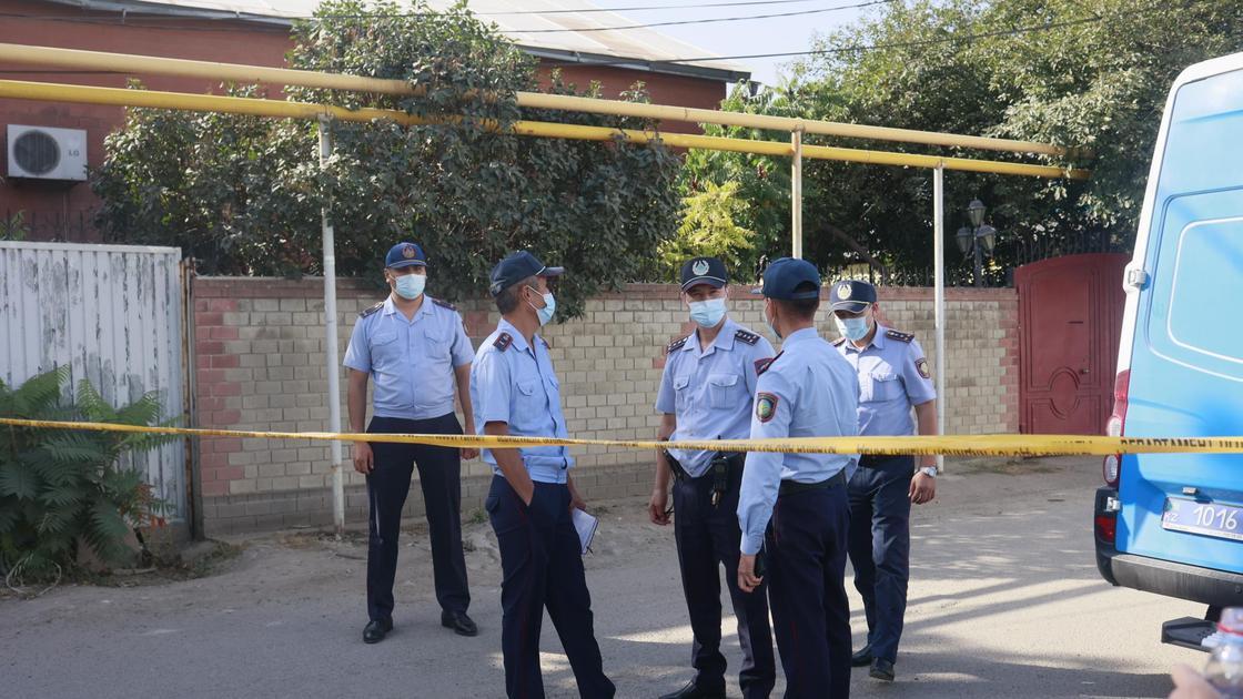 Полицейские возле дома