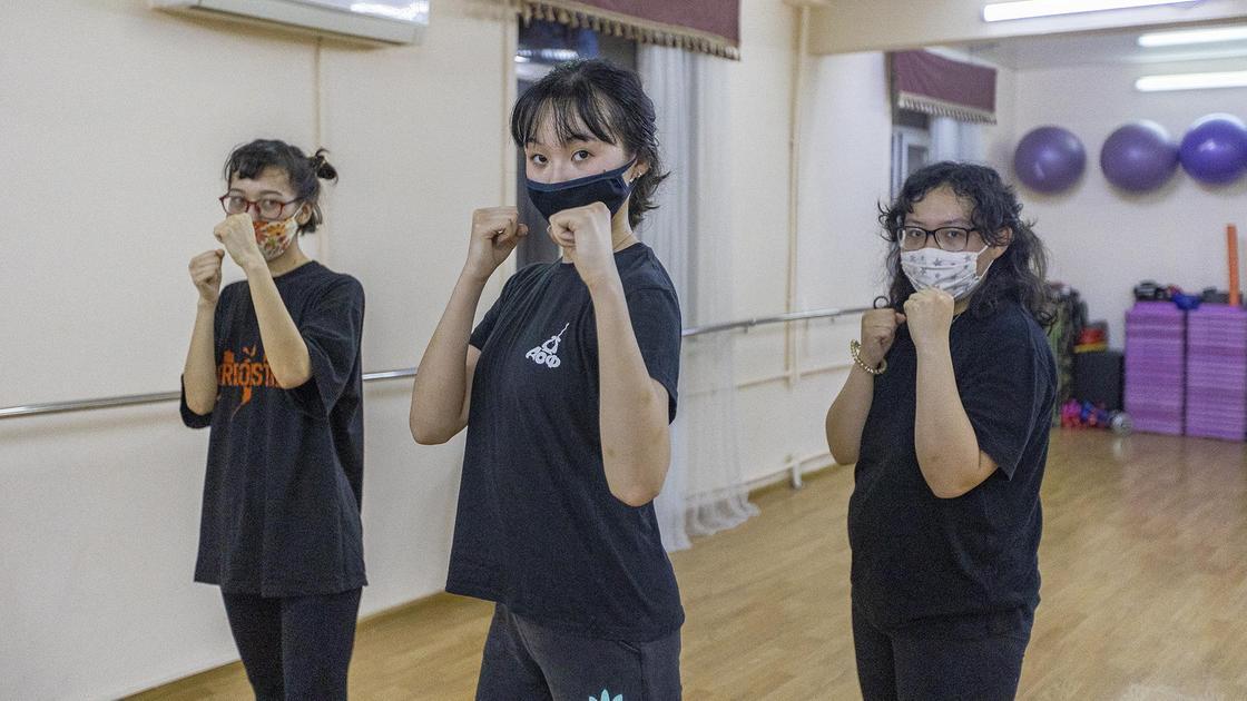Ученицы клуба самозащиты стоят в стойке